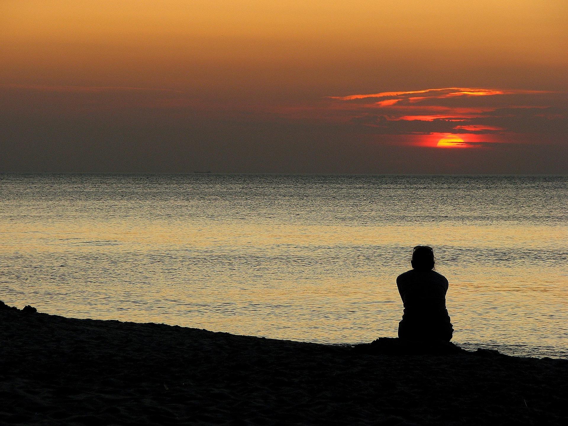 картинка одинокий мужчина на берегу моря